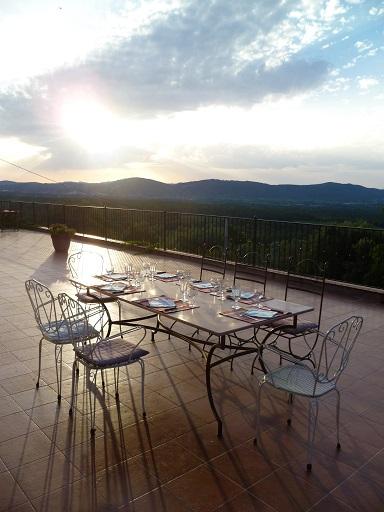 La Maison de Nathalie - Table d'hôtes servie sur notre terrasse panoramique